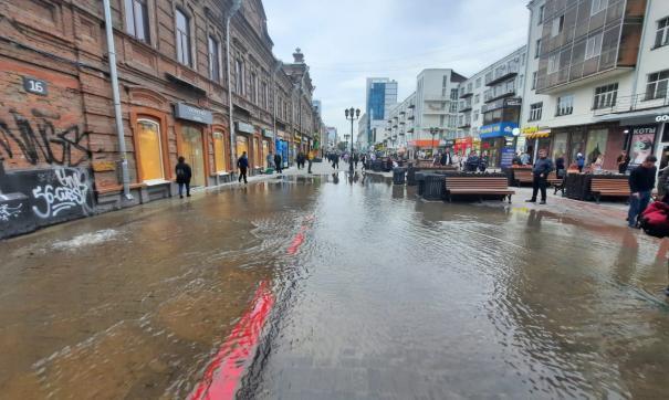 Вода бьет из-под земли в нескольких местах