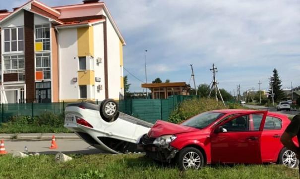 На Широкой речке машина перевернулась после столкновения