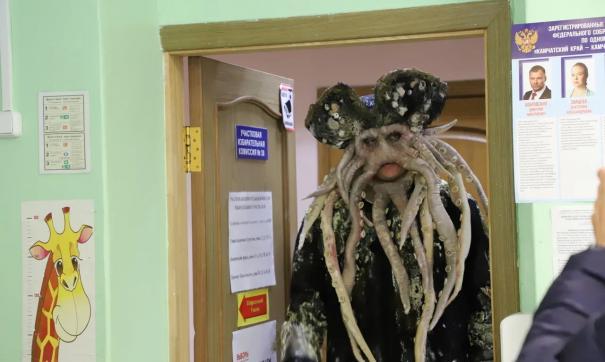 избиратель в костюме Дейви Джонса