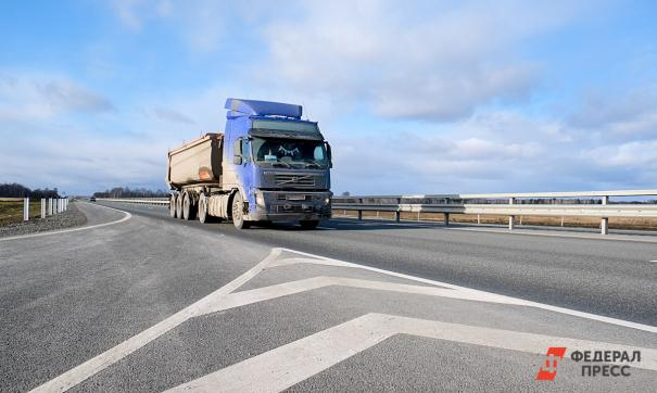 В Кузбассе два грузовика столкнулись с легковушкой
