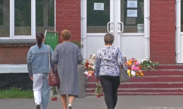Киселевчане соорудили стихийный мемориал в память об убитых девочках