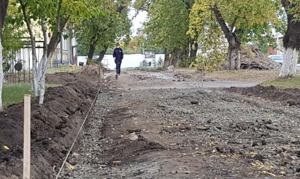 Тротуар у избирательного участка в Копейске разобрали перед выборами