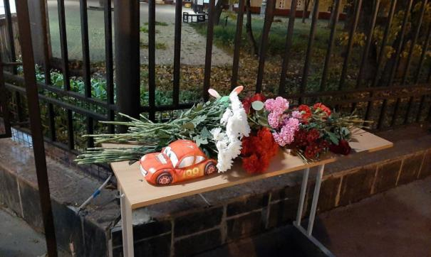 Люди продолжают нести цветы к стихийному мемориалу около вуза
