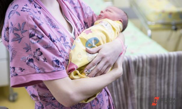 Женщина голосовала в родильном зале