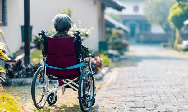 Пожилая женщина в инвалидном кресле