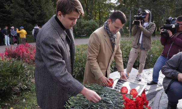 К фонтану казанцы приносят цветы и памятные таблички