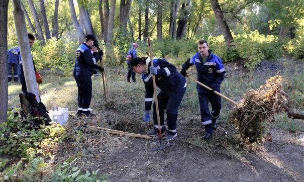 Работники медногорского предприятия прибрались в парке