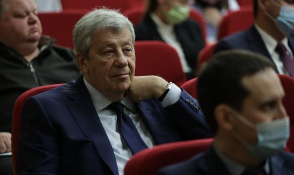 Сенатор Аркадий Чернецкий во время вручения мандатов свердловским депутатам