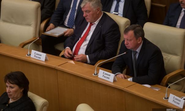 Евгений Лутохин (справа) покидает свердловское заксобрание