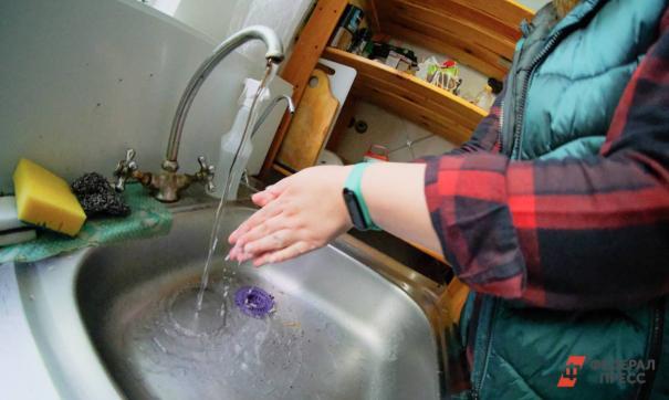 женщина моет руки