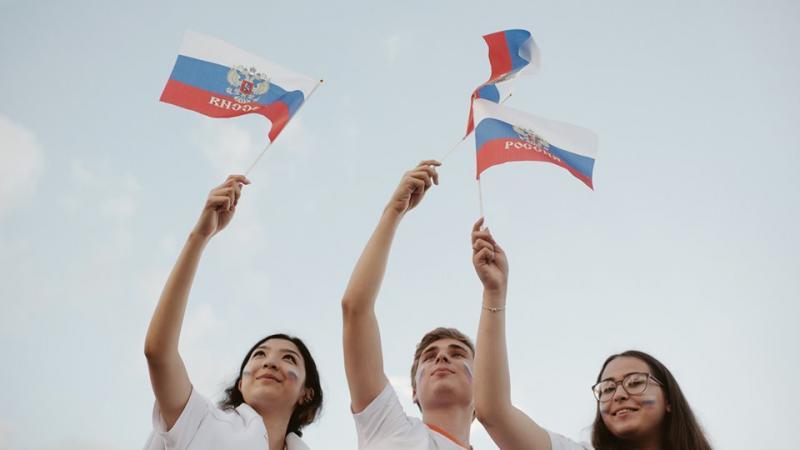 Поднятие флагов в день росии