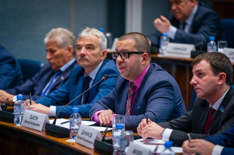 Депутаты внимательно слушали губернатора и записывали тезисы