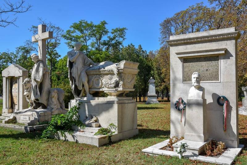 Люди часто путают кладбище в Будапеште с парком