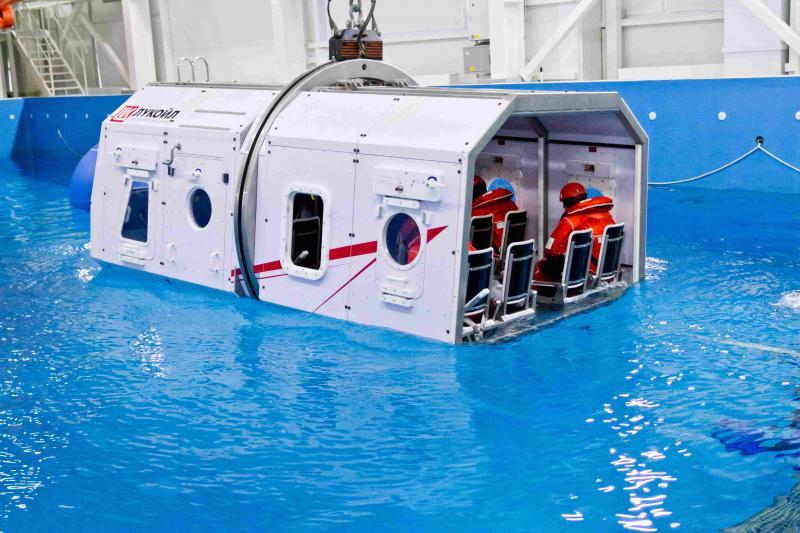 В специально оборудованном бассейне КУЦ происходит отработка действий при ситуации, имитирующей крушение вертолета.