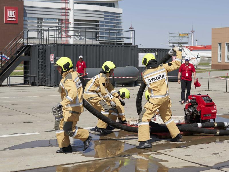 На специальном тренажерном комплексе отрабатываются практические навыки пожаротушения