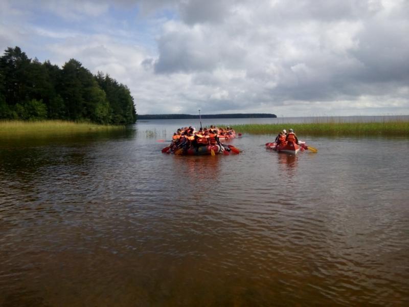 Группа из 47 детей с инструкторами шла на лодках по озеру Сямозеро