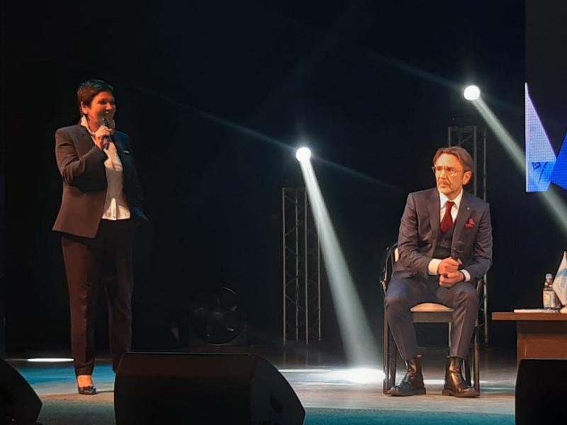 Шнуров оделся для встречи с челябинцами в костюм-тройку с красным галстуком