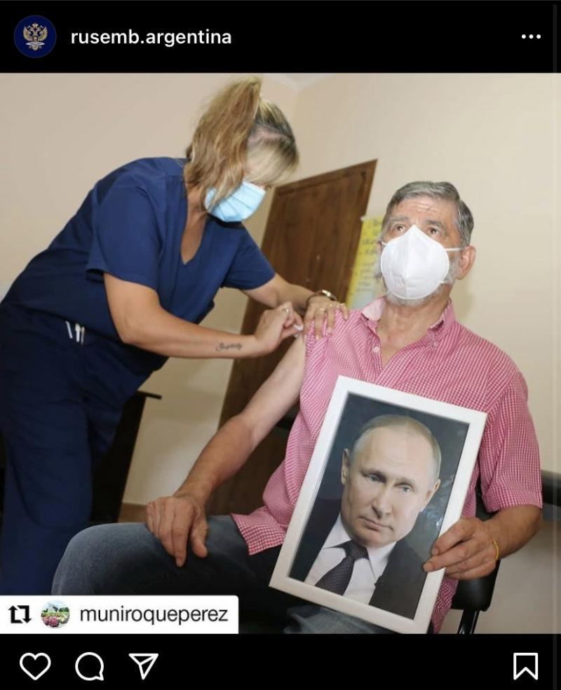 Мэр аргентинского города привился от коронавируса с портретом Путина в руках