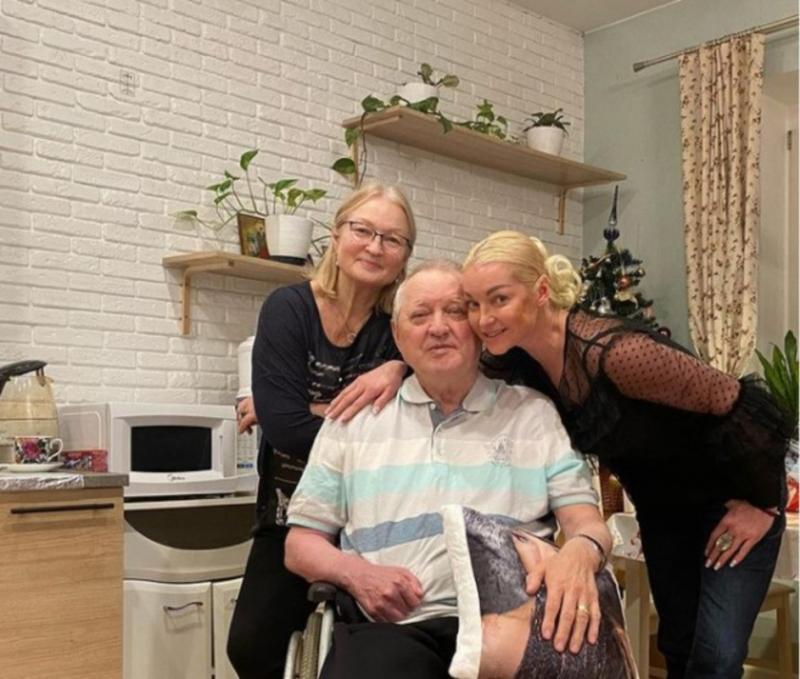 Волочкова поделилась фотографией с родителями